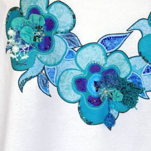 t-shirt azzurro particolare