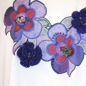 t-shirt viola particolare